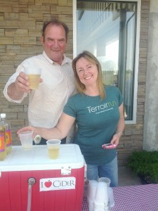 Grant & Jen serve up chilly cider to our runners!